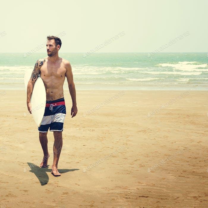 Mann Strand Sommerurlaub Urlaub Surfen Konzept