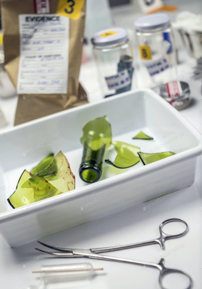 Glaskapselflasche im Criminalistic Lab, konzeptionelles Bild