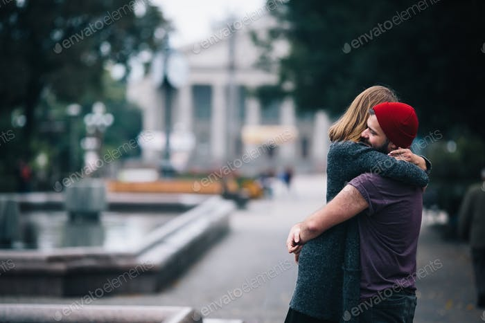 Mann und Frau umarmt im freien