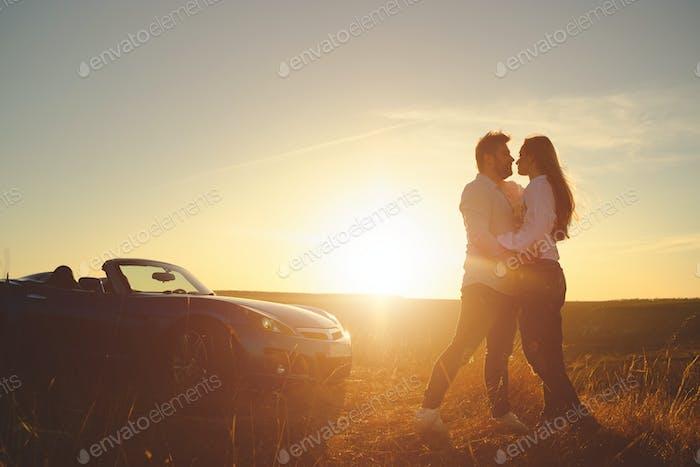 Glück Paar Aufenthalt in der Nähe des neuen Sportwagen