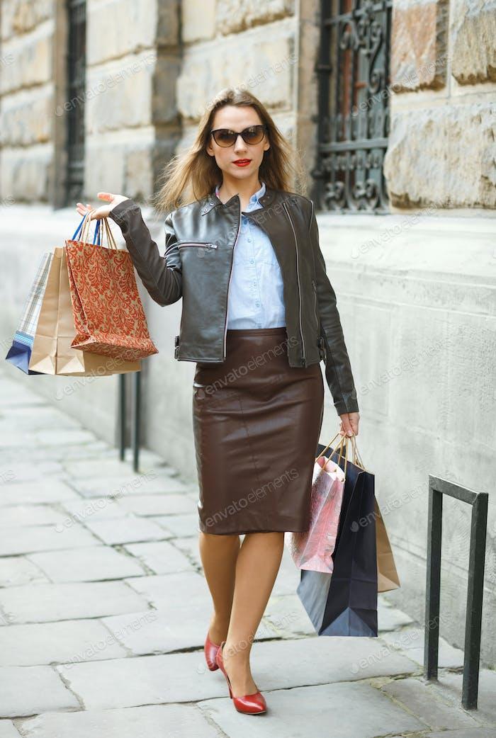 Schöne Frau mit Einkaufstaschen in der ctiy