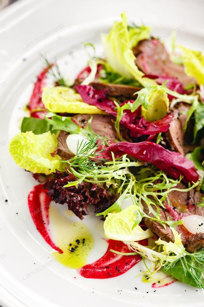 Grüner Salat mit Roastbeef