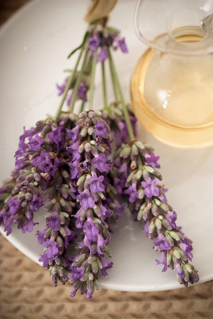 Lavendelblüten und Aromatherapieöl