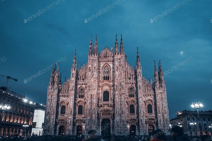 Vista nocturna del Duomo di Milano (Catedral de Milán) en Milán.