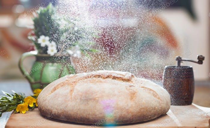 Frisch gebackenes traditionelles Brot auf Holztisch