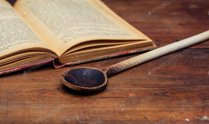 Holzlöffel und ein Vintage-Buch