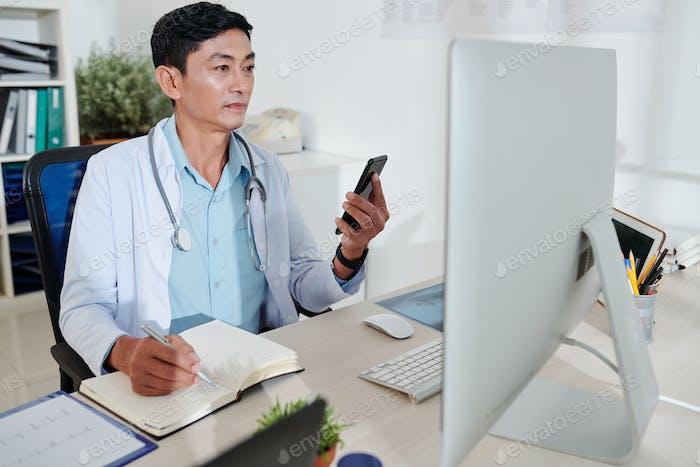 Allgemeinmediziner, der am Computer arbeitet