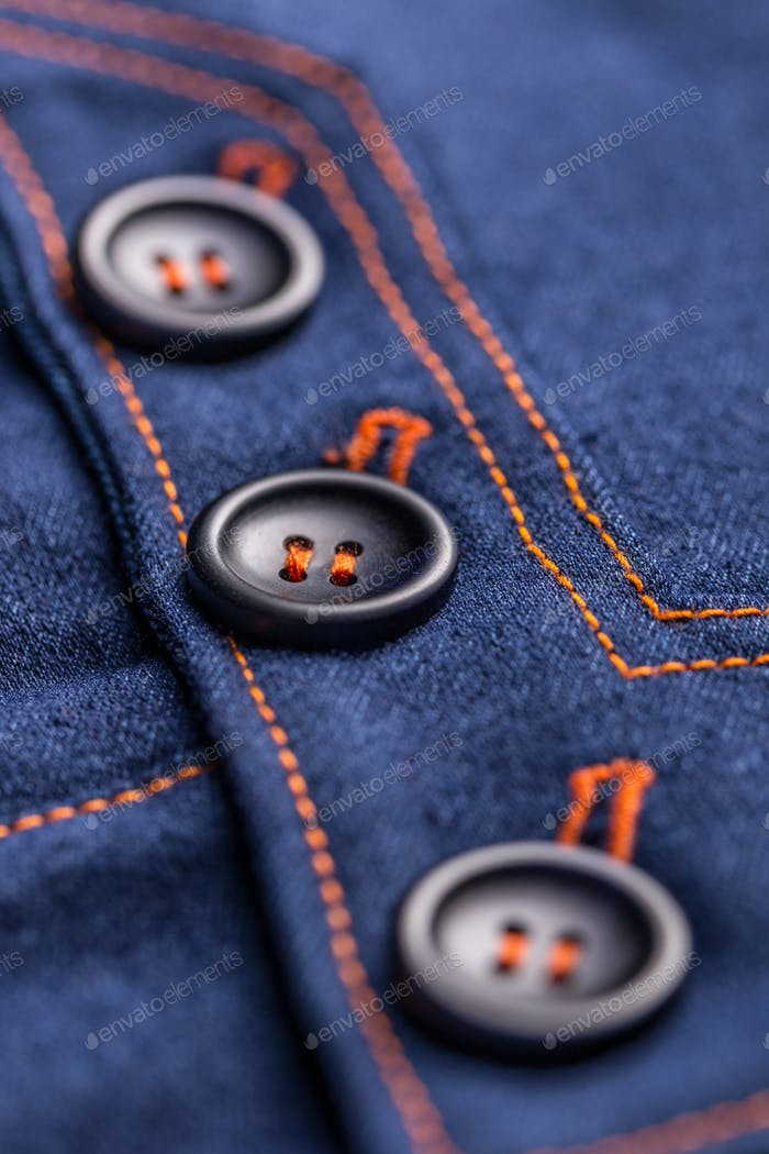 Knöpfe auf Jeansrock