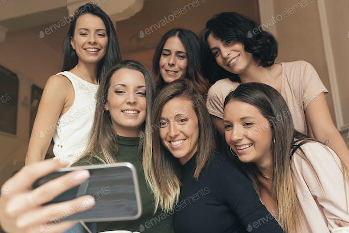 Amigos tomando una foto con un teléfono.
