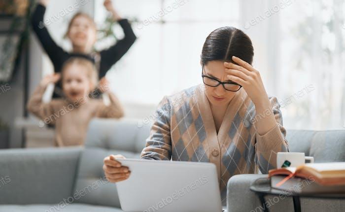Frau arbeitet an einem Laptop.