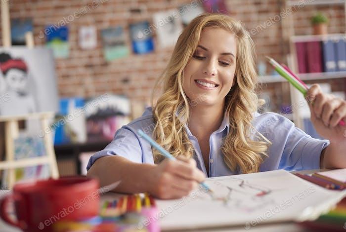 Taille bis der Zeichnung Frau mit Bleistiften