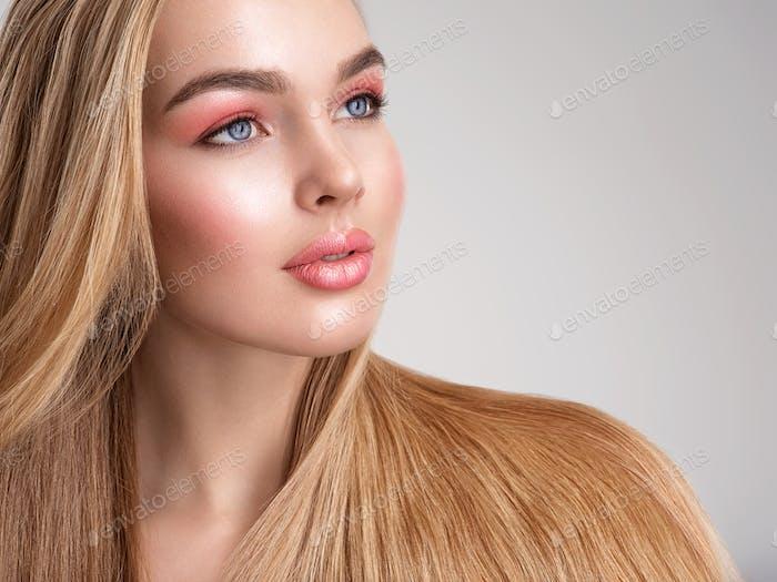 Porträt einer schönen Frau mit einer Korallenfarbe Make-up.