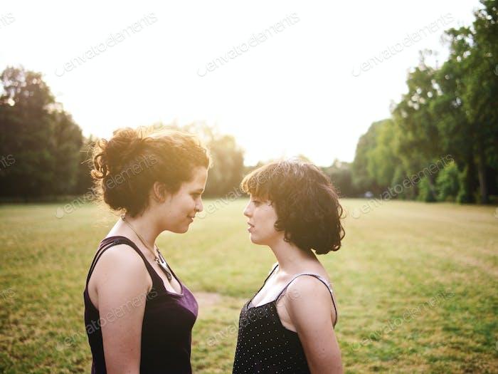 junge Lesben paar genießen ein Sommer Tag bei die park