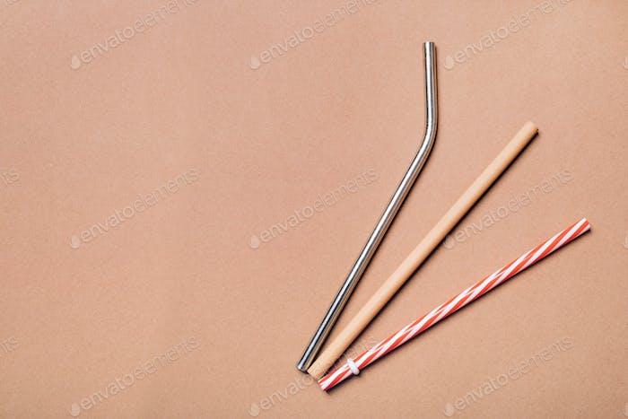 Verschiedene Arten von Strohhalmen. Wiederverwendbarer Bambus, Edelstahl und Einweg-Kunststoff.