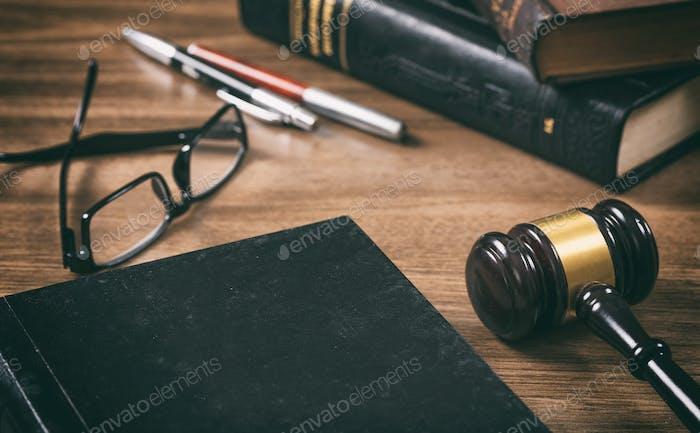 Ley o subasta mazo y un Libro, Fondo de escritorio de oficina de De madera. Vista de primer plano, espacio para Texto