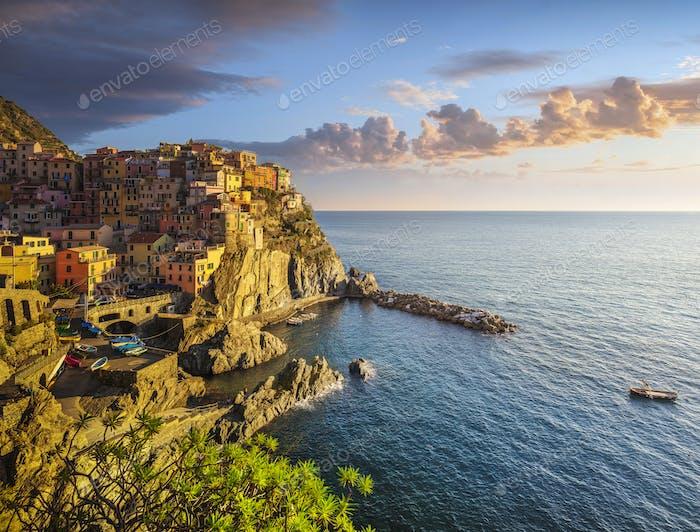 Manarola Dorf, Felsen und Meer. Cinque Terre, Italien.