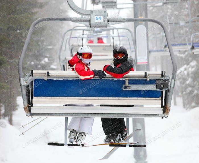Skifahrer auf einem Skilift