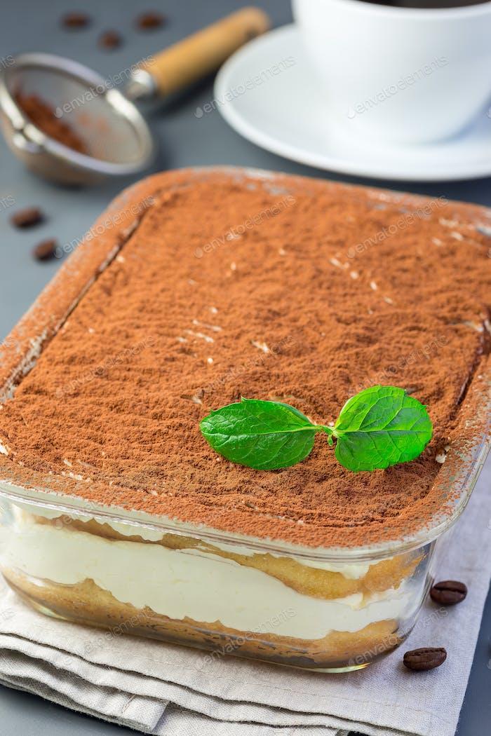 Traditioneller italienischer Tiramisu Dessertkuchen in Glasform, Dekor