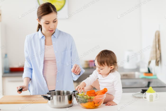 glückliche Mutter und Baby Kochen Essen zu Hause Küche