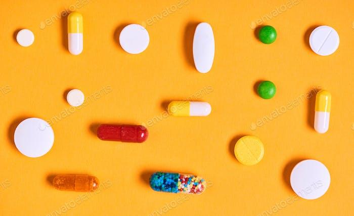 Medikamente auf gelbem Hintergrund