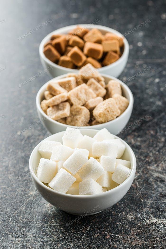 Weiße und braune Zuckerwürfel.