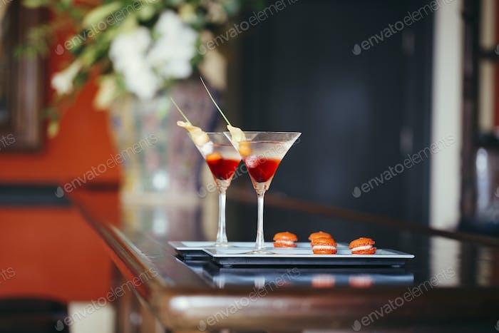 Nahaufnahme von zwei Cocktails auf einem Tablett.