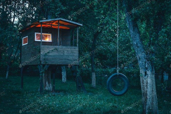 Haus am Baum im Abendgarten