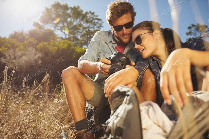Paar auf Wandertour eine Pause Sitzen und Blick auf pict