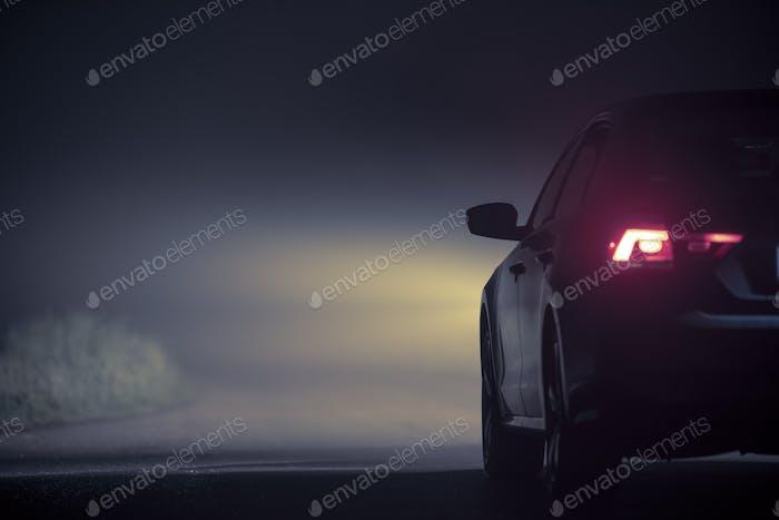 Fahren im dichten Nebel bei Nacht