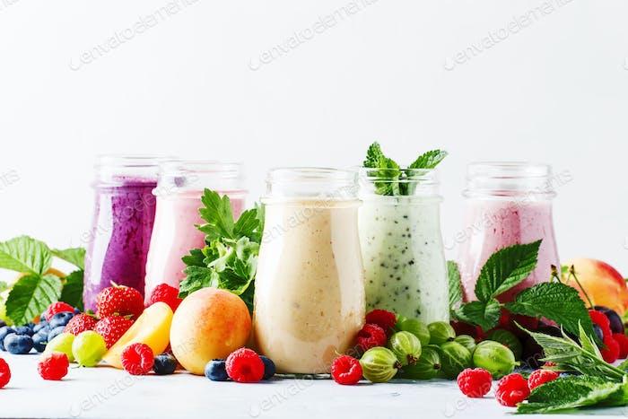 Gesunde und nützliche bunten Beeren-Cocktails