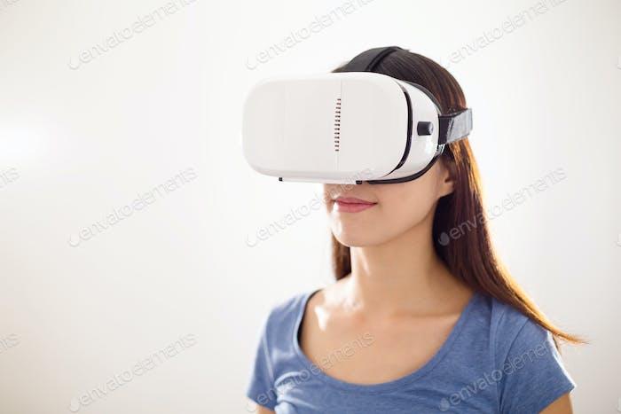 Frau trägt VR-Gerät