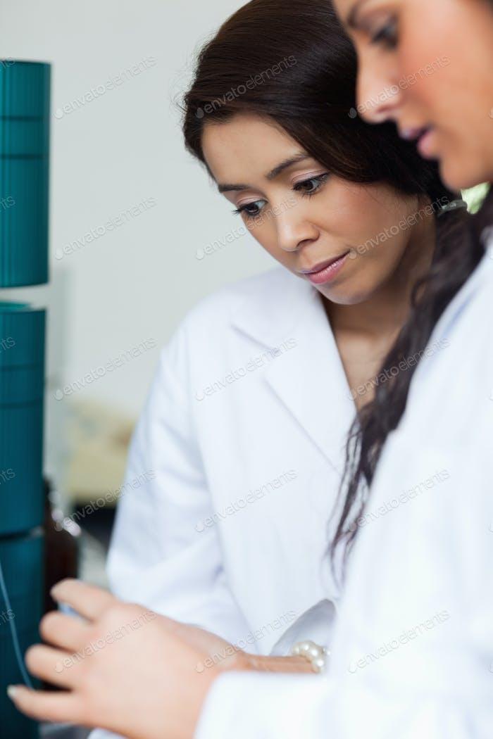 Porträt von Studenten Blick auf eine Petrischale