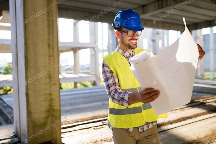 Строительный бригадир на строительной площадке