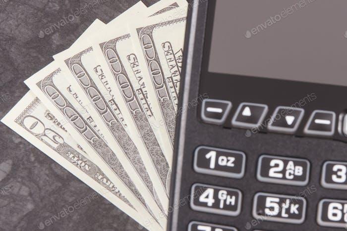 Zahlungsterminal und Währungen Dollar. Wahl zwischen bargeldlosen oder bargeldlosen Zahlungen an verschiedenen Orten