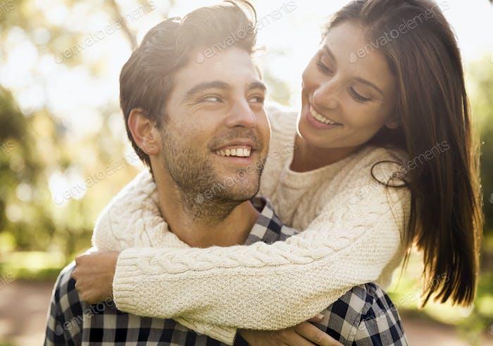 Glückliches Paar lacht