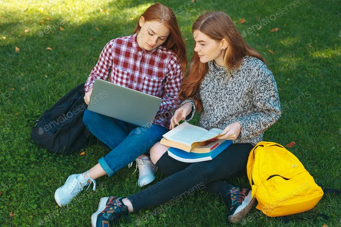 Студенты, обучающиеся на открытом воздухе в кампусе университета