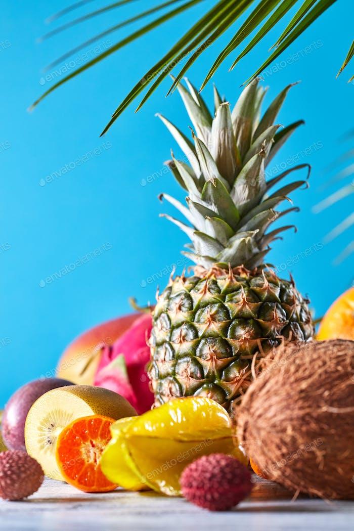 Gruppe von exotischen tropischen Früchten. Mango, Drachenfrucht, Passionsfrucht, Kokosnuss, Ananas, Karambolen