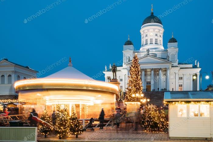 Helsinki, Finnland. Weihnachtsmarkt auf Senat Platz mit Urlaub Auto