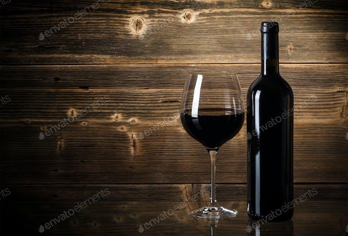 Weinflaschen mit Glas