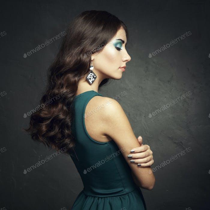 Porträt von schönen Brünette Frau in grünem Kleid