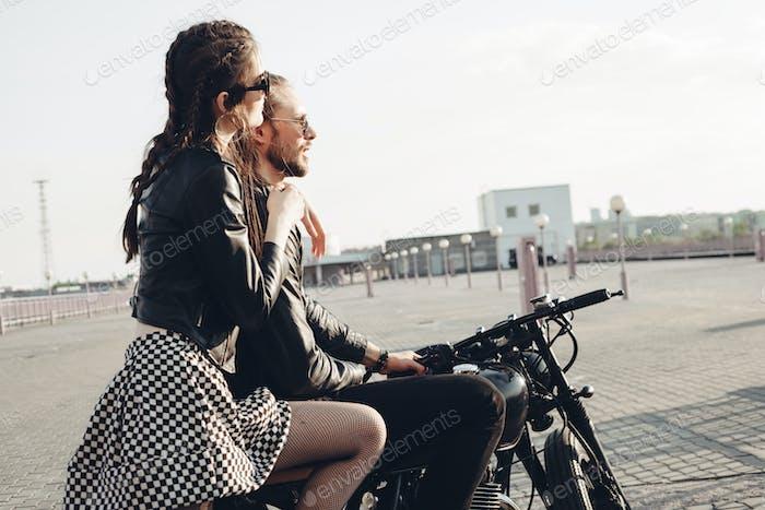 pareja sentado en Moto al atardecer