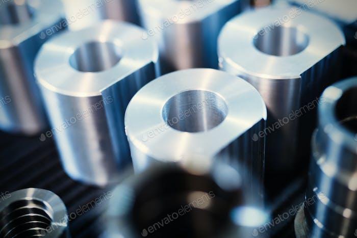 Industrieller Hintergrund aus Metallteilen, die in der Metallindustrie hergestellt werden
