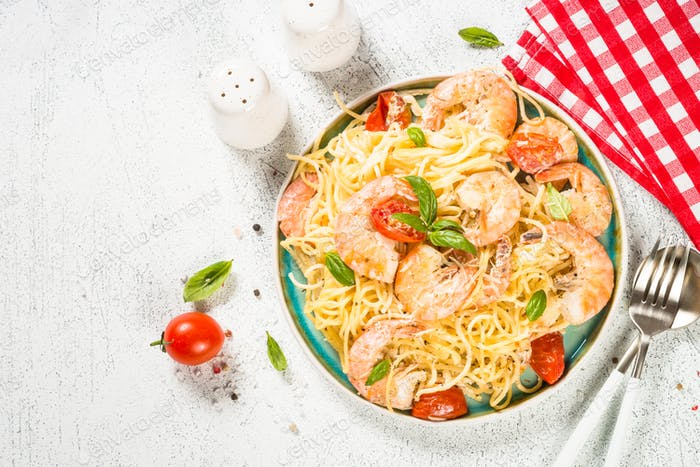 Pasta Meeresfrüchte mit Garnelen auf weißem Tisch