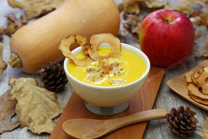 Butternut-Kürbis und Apfelsuppe für Halloween-Abendessen