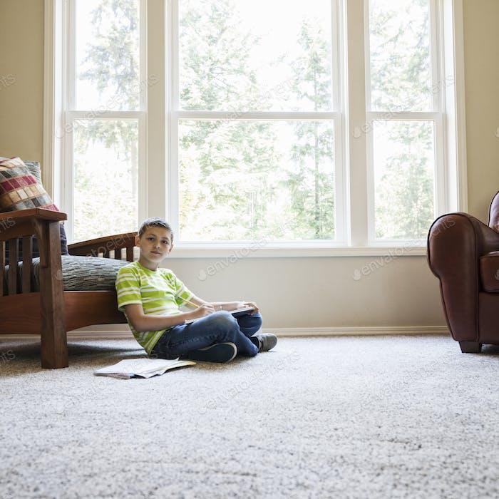 Un chico joven en casa haciendo la tarea.