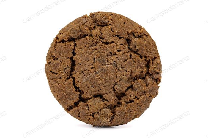 Dunkle Schokoladen-Chips Cookie auf weißem Hintergrund