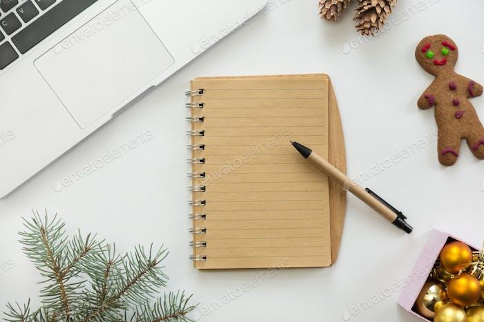 Flache Ansicht des Notizbuches in der Mitte der Weihnachtsdekoration