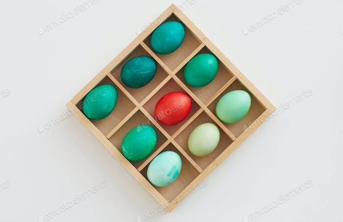 Composición de huevos de Pascua en caja de madera