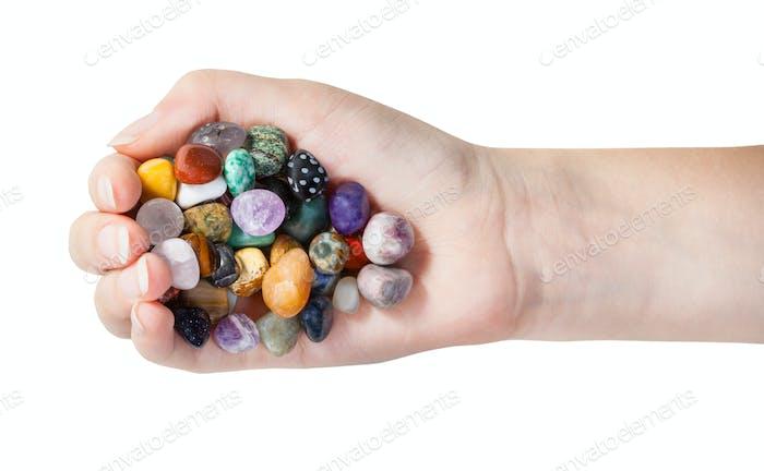 Draufsicht von Handvoll mit verschiedenen Edelsteinen isoliert