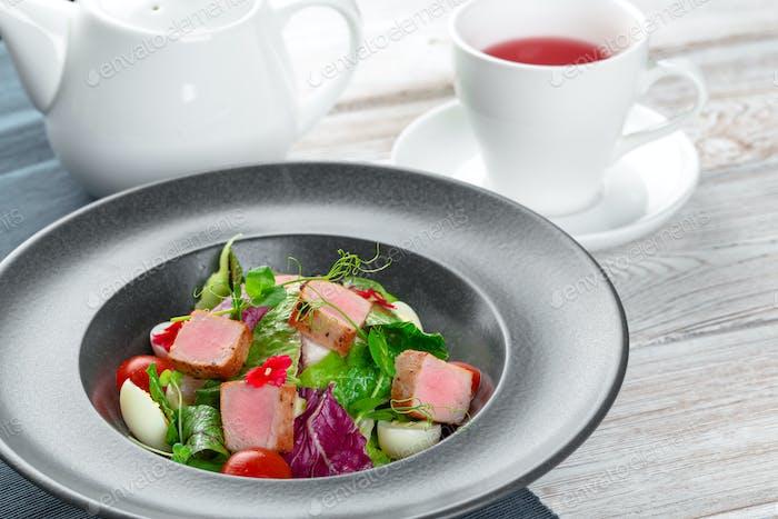 Grüner Salat mit Würfelscheiben Schinken